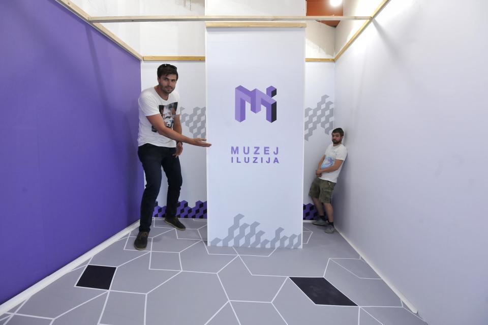 muzej_iluzija-roko-zivkovic-i-sasa-pesut-u-ames-sobi