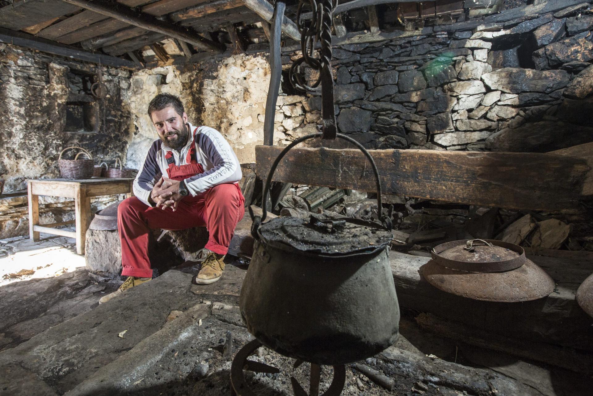 Rade Županović uz ognjište u staroj obiteljskoj kući