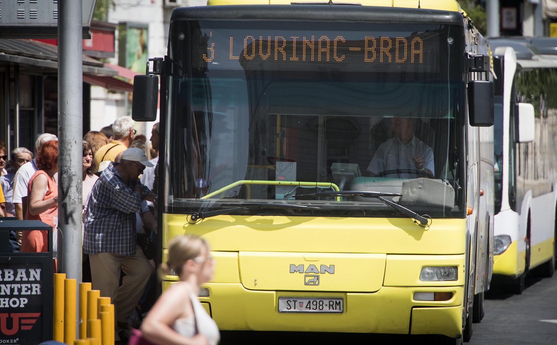 Prometov autobus br. 3 na autobusnoj stanici na splitskom pazaru