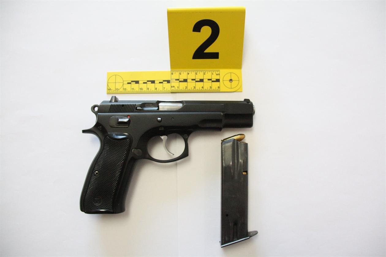 priopcenje_pistolj_sa_spremnikom_i_mecima_uz_zapljenjenu_drogu