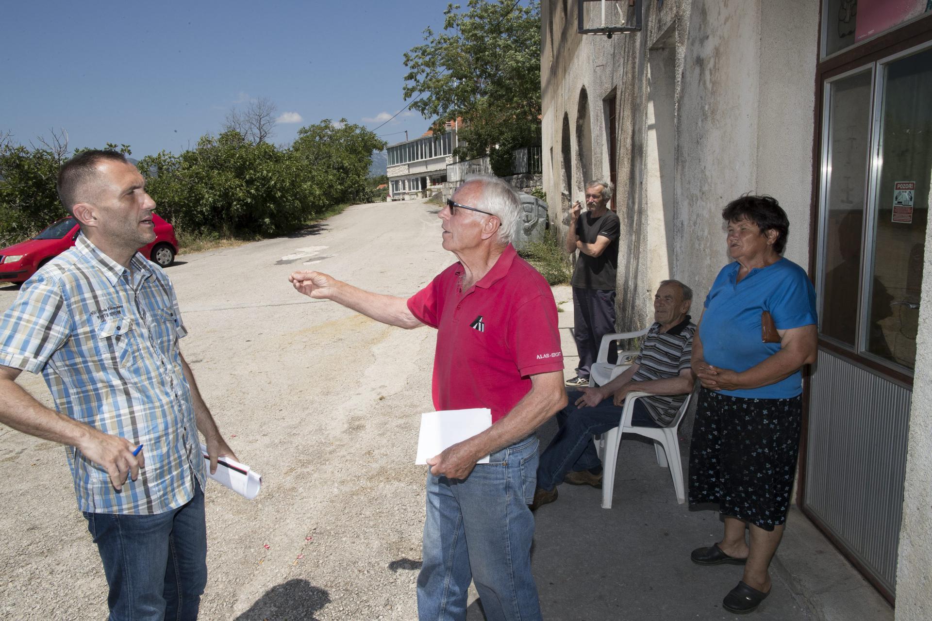 Novinar Vladimir Matijanić u razgovoru s mještanima Zavojana