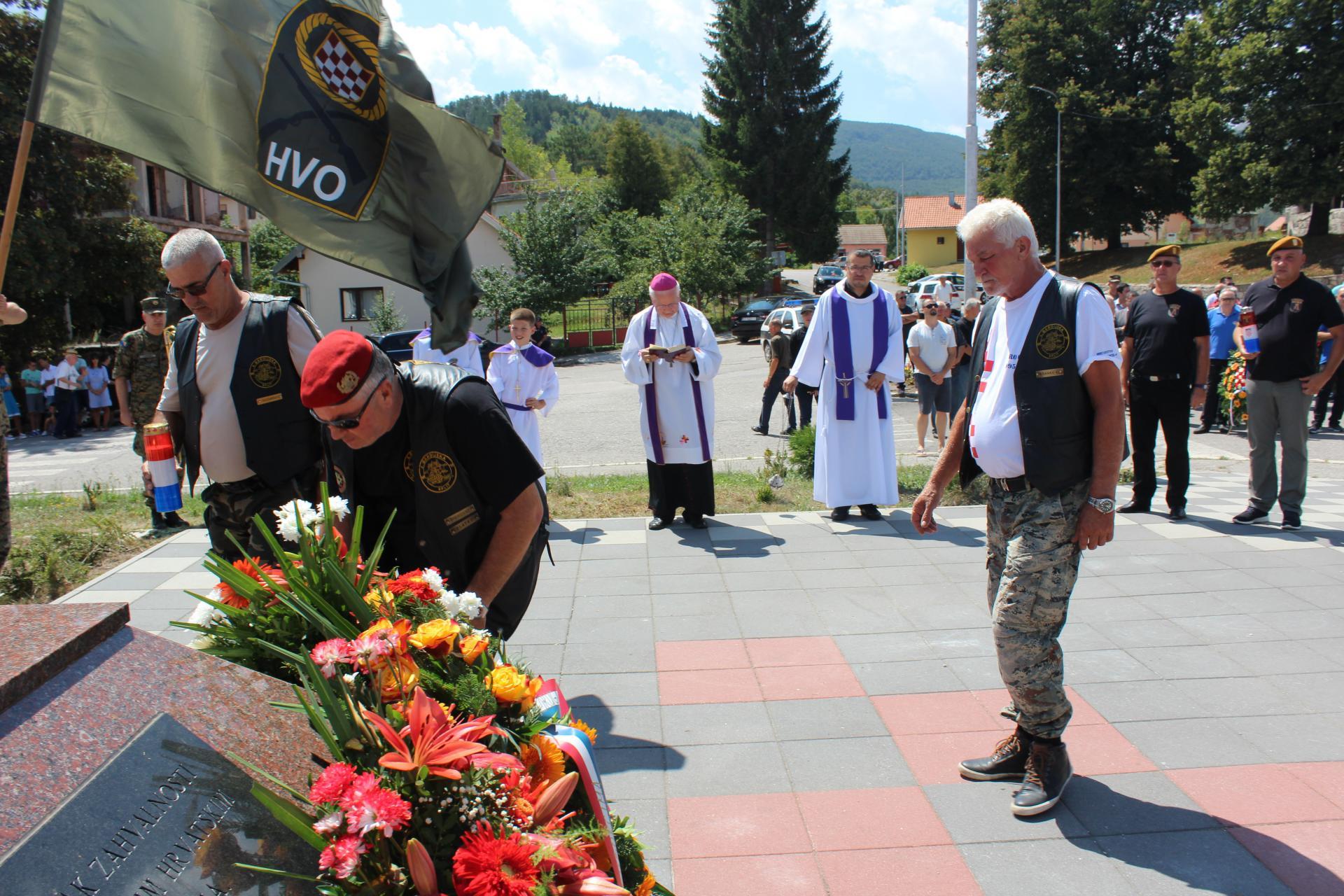 Članovi Motokluba Četvrte gardijske brigade polažu vijence u Bosanskom Grahovu