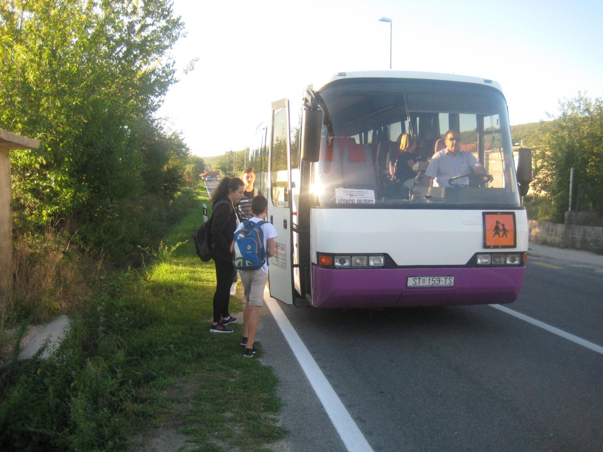 Učenici dočekuju autobus na otvorenoj cesti