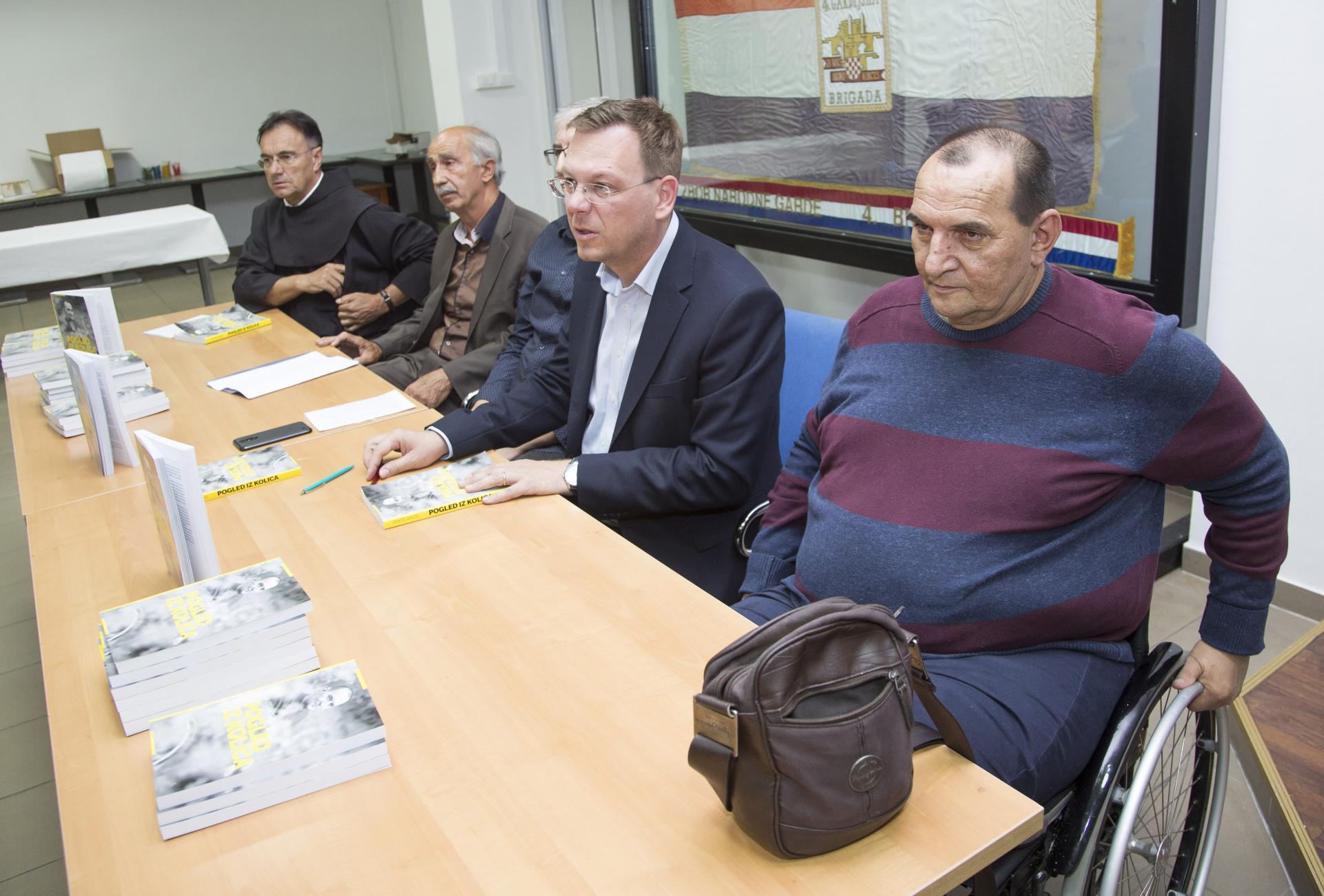 Ante Raos (u kolicima) s drugim predstavljačima svoje knjige