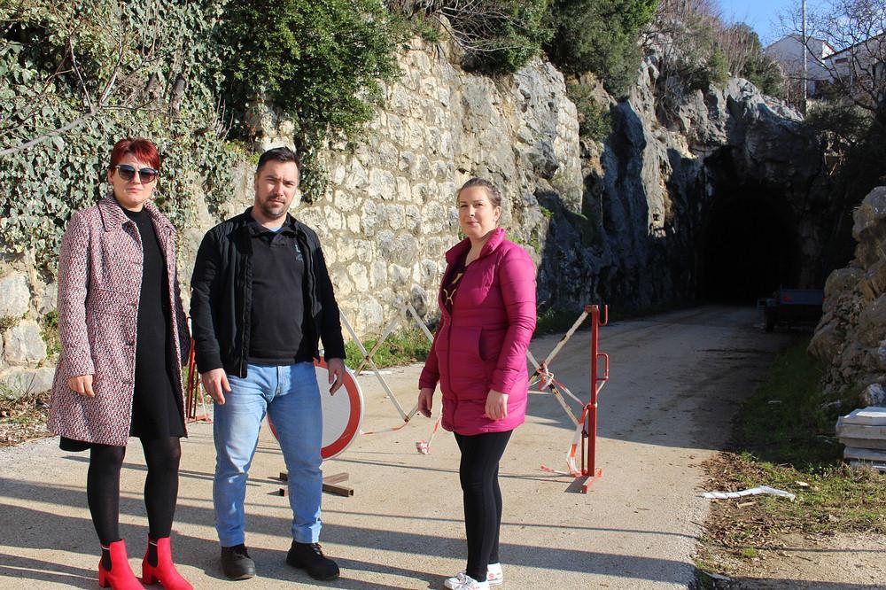 Antonija Žderić, Leo Škrbić i Marija Radaljac ispred tunela