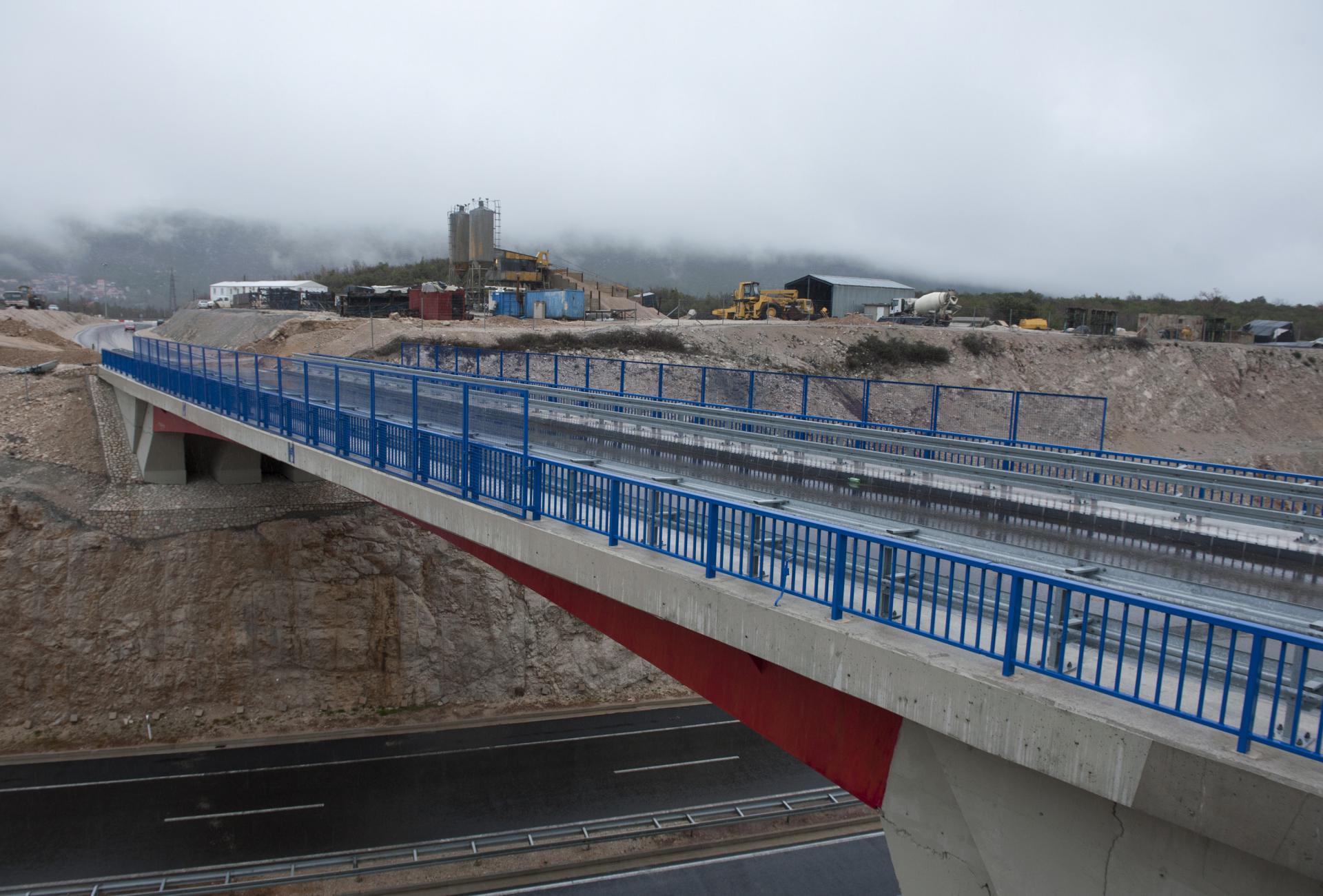 Most preko autoceste A1 kod čvorišta Ravča s kojeg bi se trebala nastaviti cesta za Drvenik