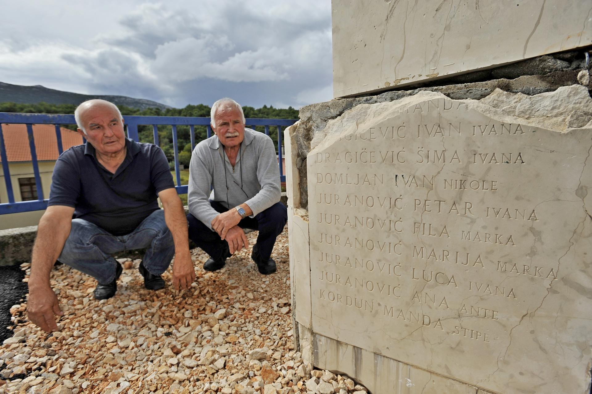 Stipe Šaškor i Ljubo Čović pored spomenika s oštećenim imenima