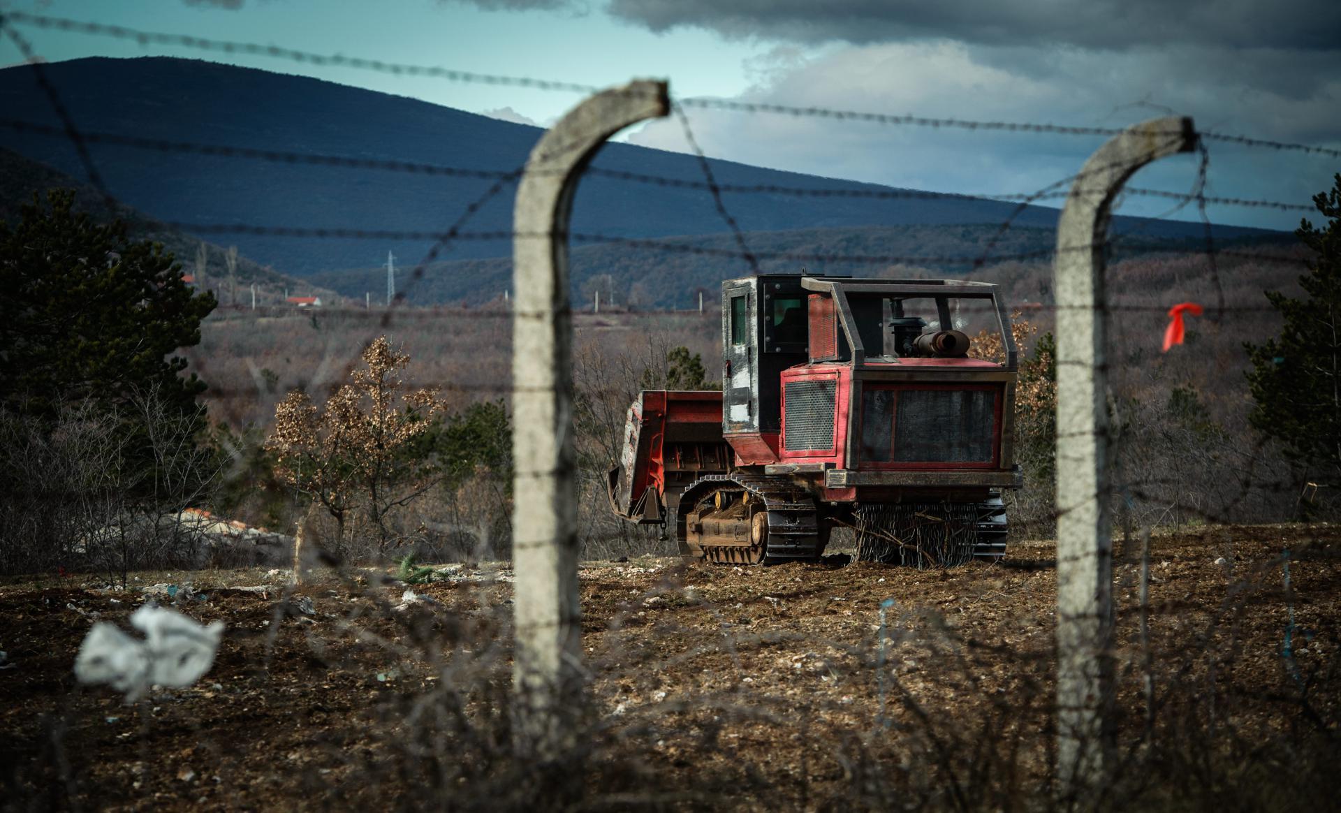 Stroj za uništavanje mina 'melje' zemlju, kamenje i mine unutar bivšeg vojnog poligona Kukuzovac