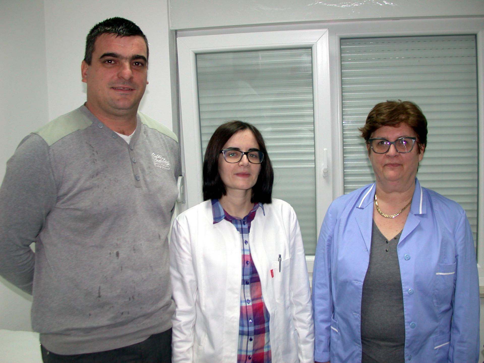Ivan Slavić, načelnik općine Sućuraj, liječnica Divna Vojnovska i sestra Jadranka Franičević u otolnoj ambulanti