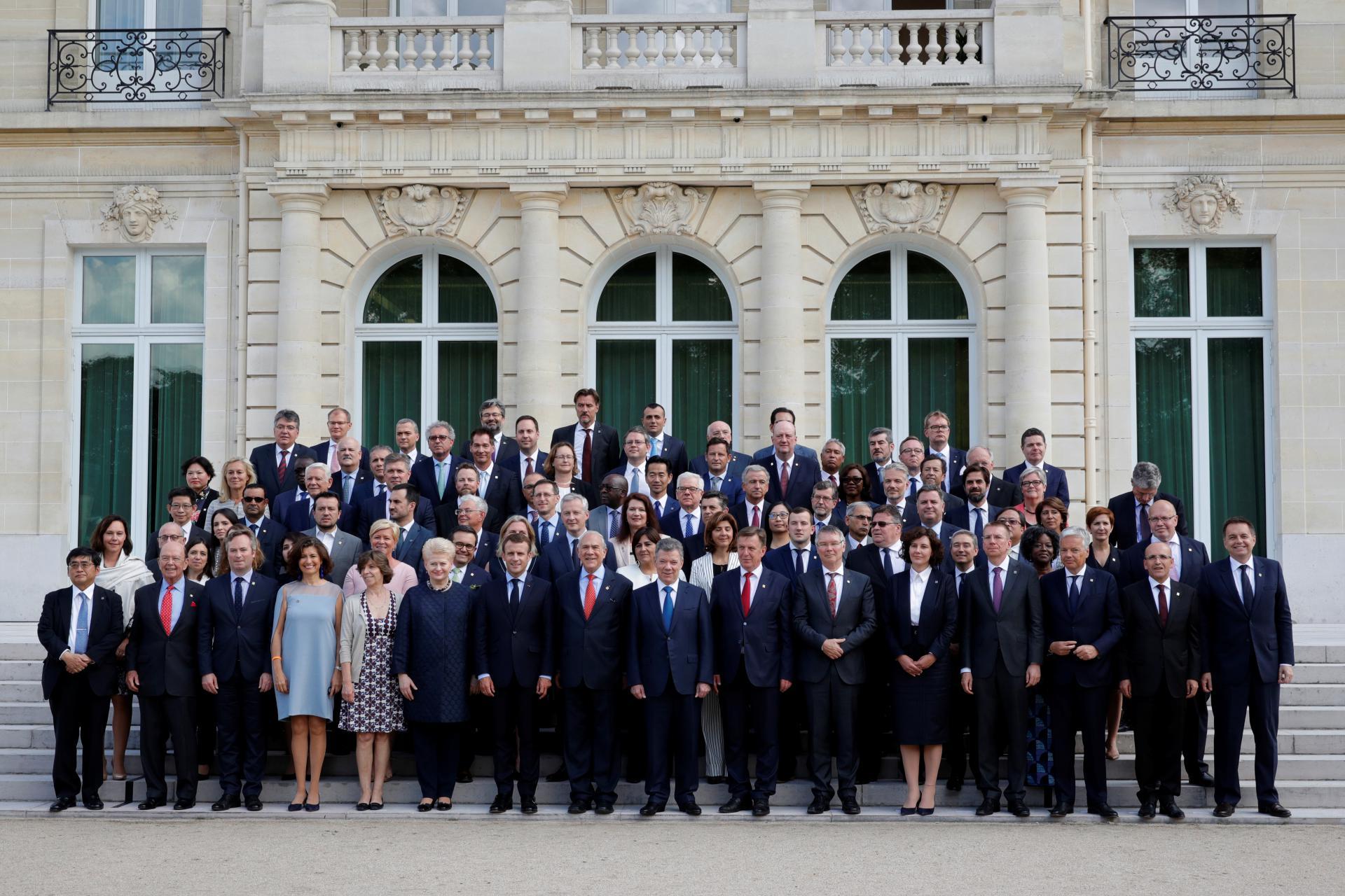 Predstavnici zemalja članica OECD-a ispred njezina središta u Parizu
