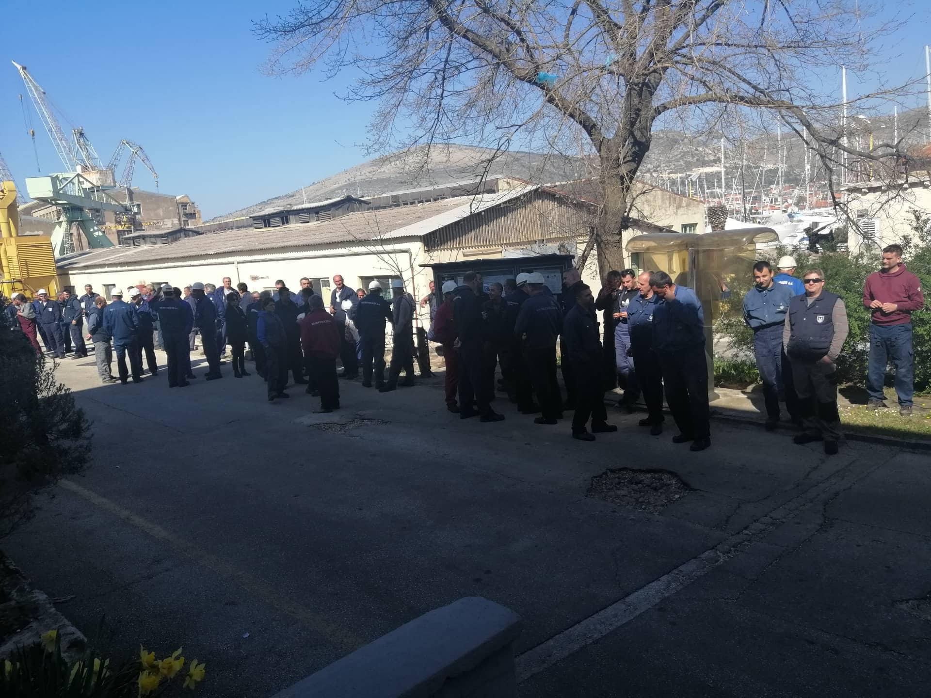 Nezadovoljni radnici okupili su se u ponedjeljak u vrijeme dnevne pauze