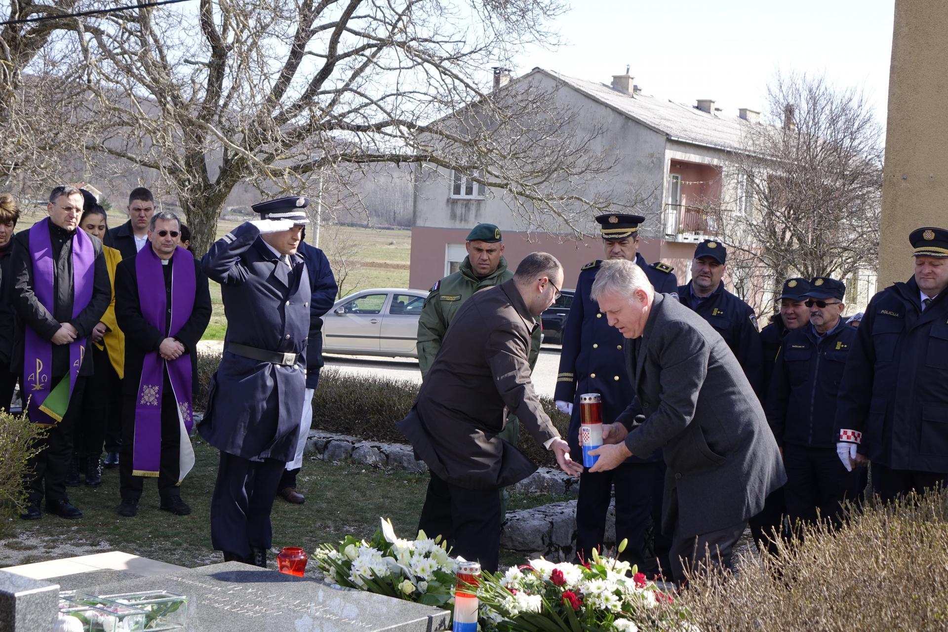 Izaslanik ministra Božinovića, državni tajnik u MUP-u Žarko Katić polaže vijenac na grob Josipa Jovića