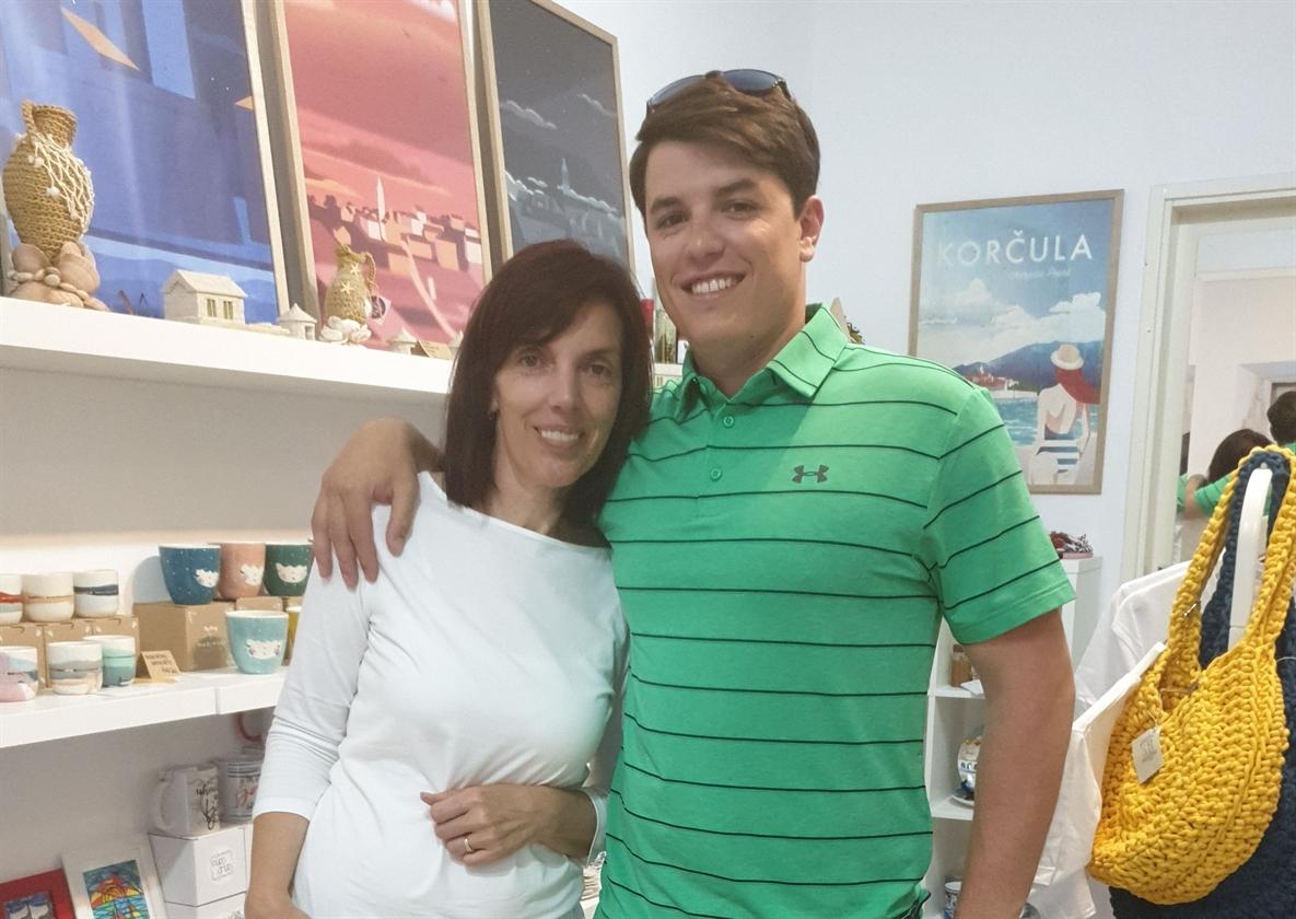 Linda Lozica sa sinom Dinkom u korčulanskoj suvenirnici