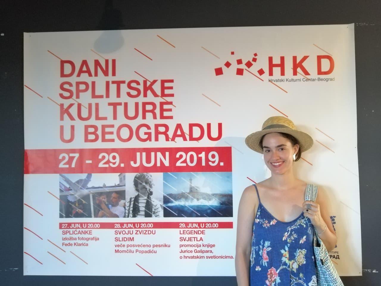 Aleksandra Anja Alač, kći glumca iz Splita Aleksandra Alača i glumice Vesne Čipčić, pozira ispred mega plakata