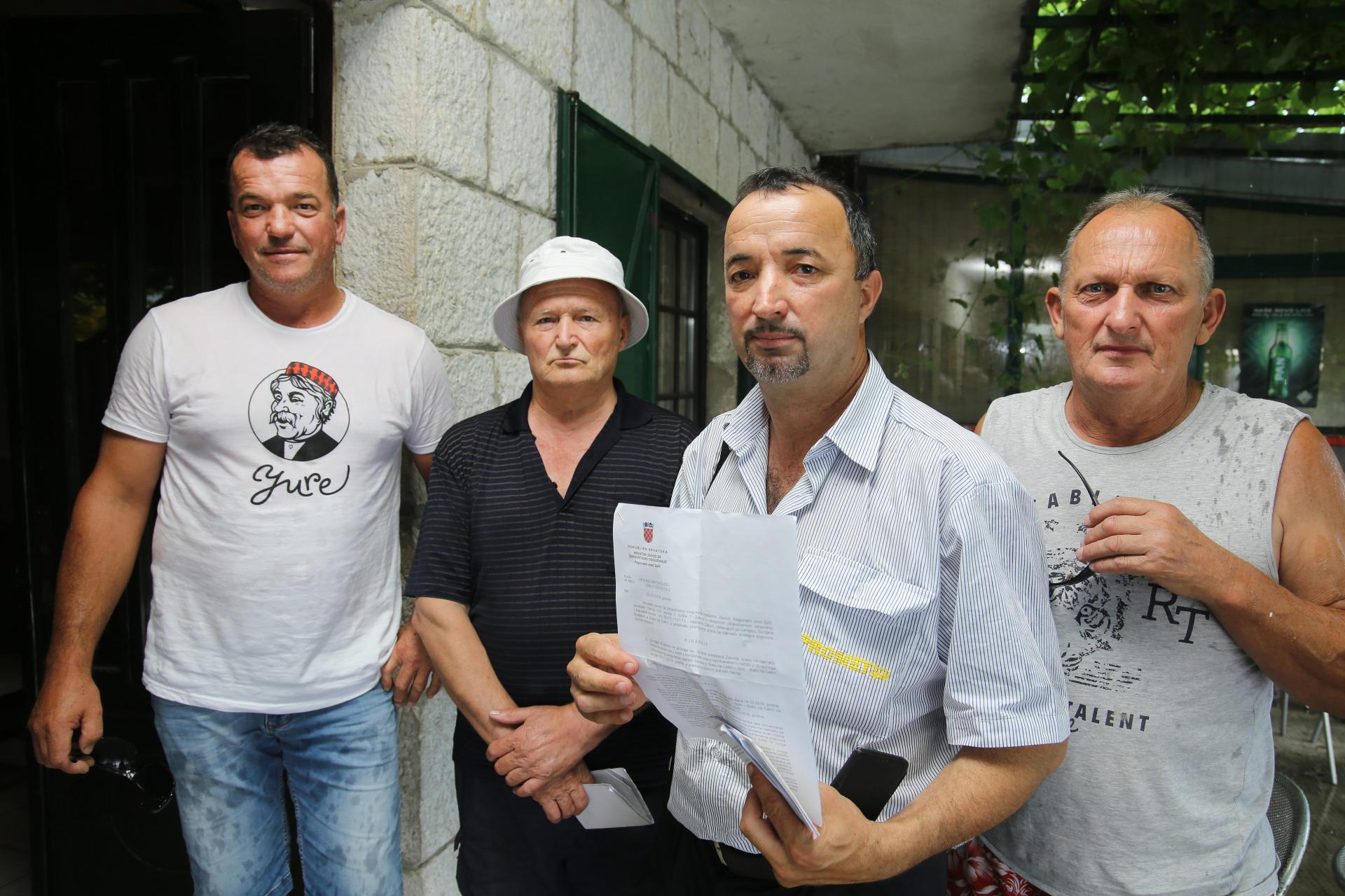 'Dok ministar Imoćanin vuče svome kraju, svi drugi mogu i crknuti', složni su mještani Jure Smoljanović, Miro Bartulović, Danimir Kraljević i Ante Perišić