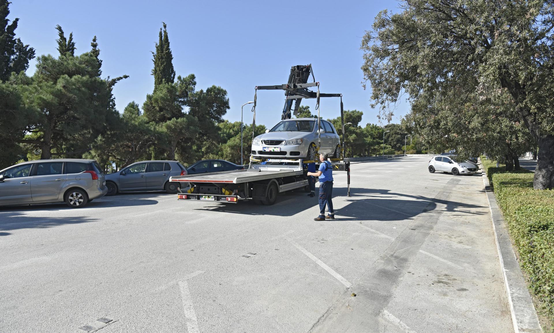 Parkirana vozila za vrijeme radova uklanjao je pauk