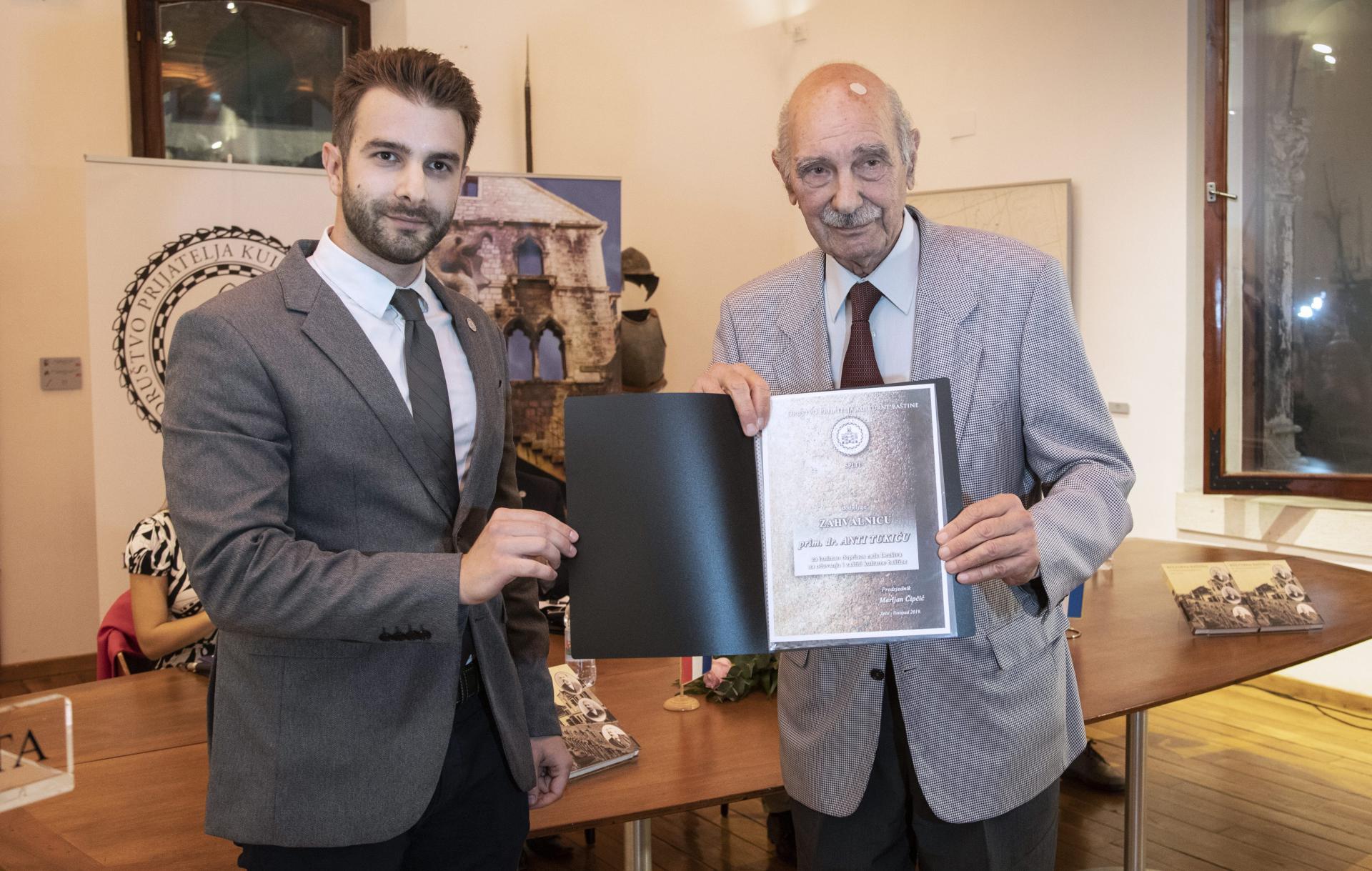 Društvo prijatelja kulturne baštine Split ovom je prigodom za izniman doprinos na očuvanje kulturne baštine dodijelilo zahvalnicu svojem dugogodišnjem članu prim. dr. Anti Tukiću