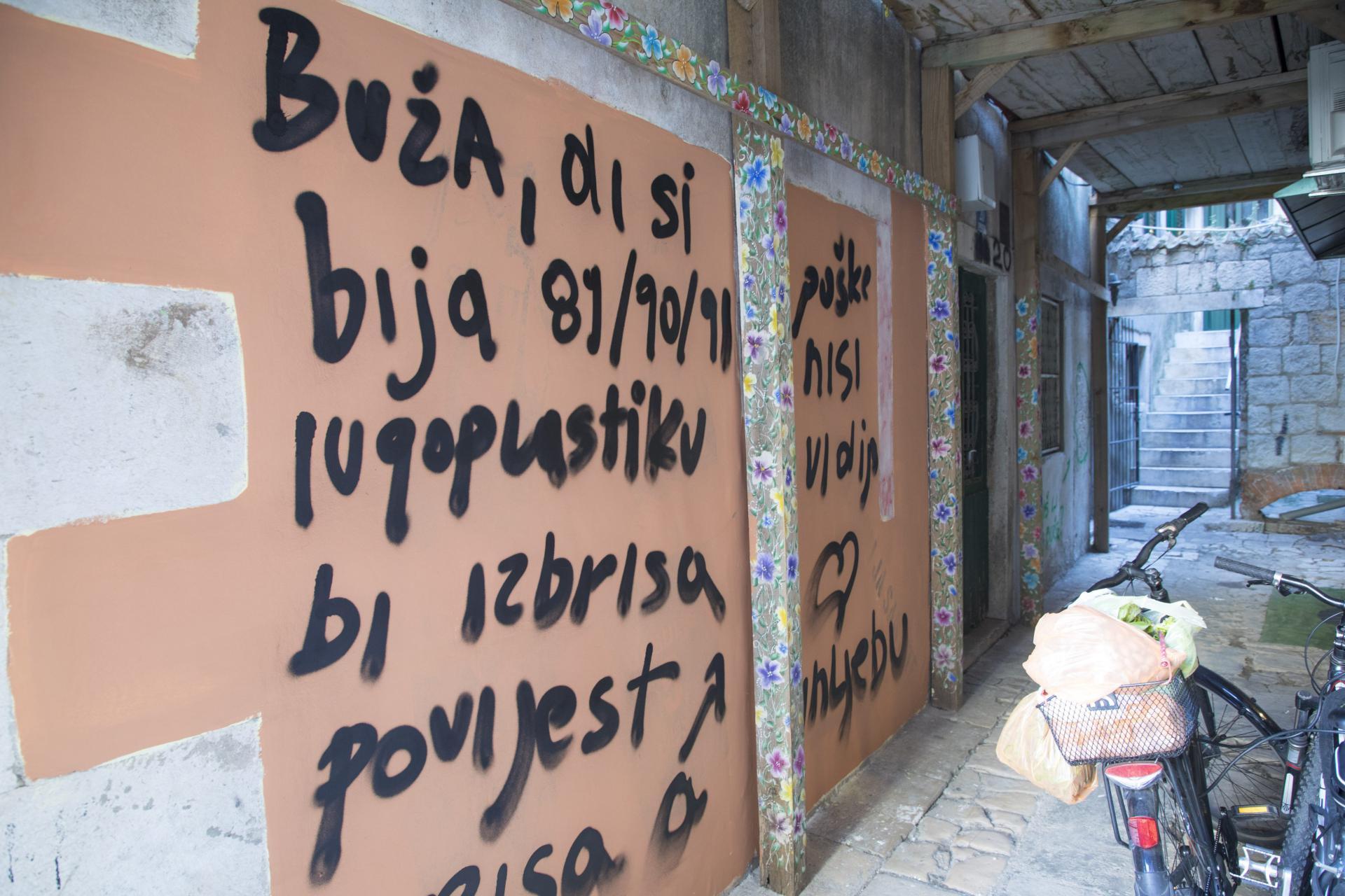 Poruka je ostavljena uz portun u kojem stanuje šef splitskih konzervatora