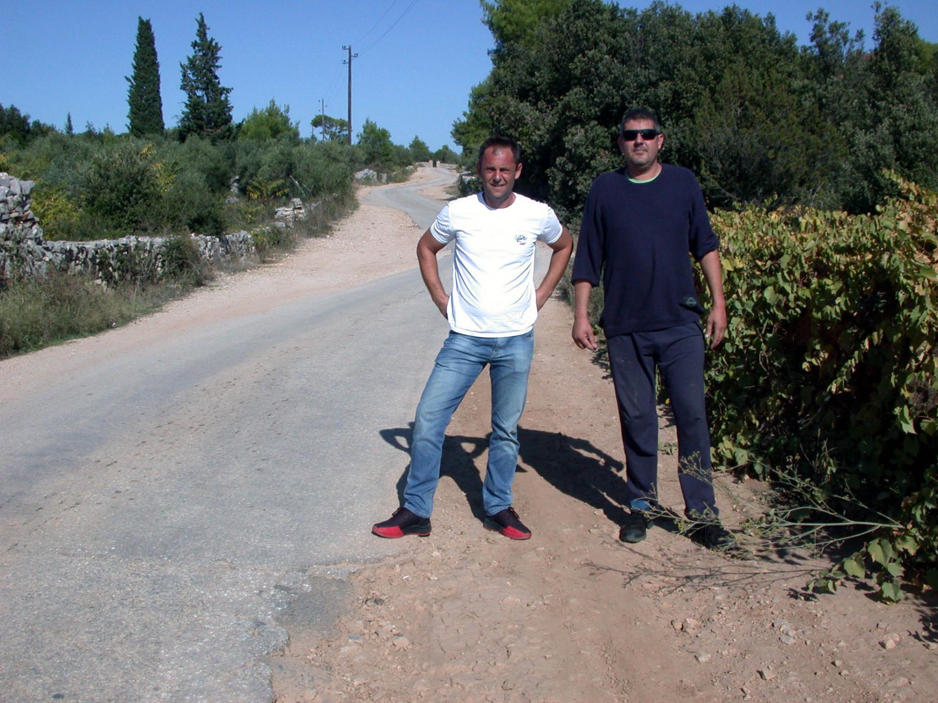 'Svi već godinama obećavaju da će cestu urediti, ali ništa od toga', kažu Mustafa Zilić i Saša Krunić