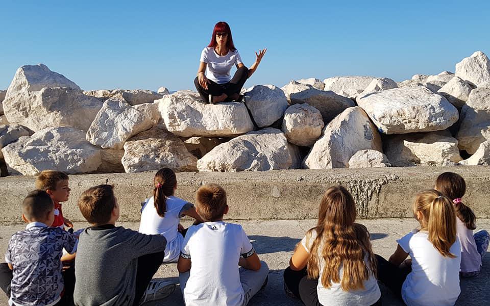 Učiteljica Marlena Bogdanović često svoje učenike podučava izvan školske zgrade i tvrdi da je Dalmacija najljepša učionica