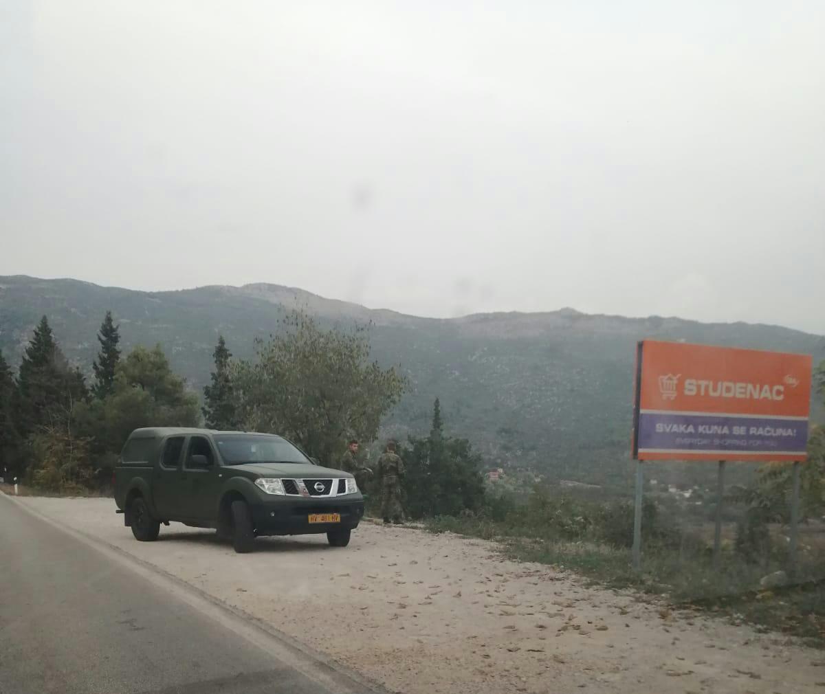 Dvojica pripadnika HV-a snimljeni kako motre državnu granicu