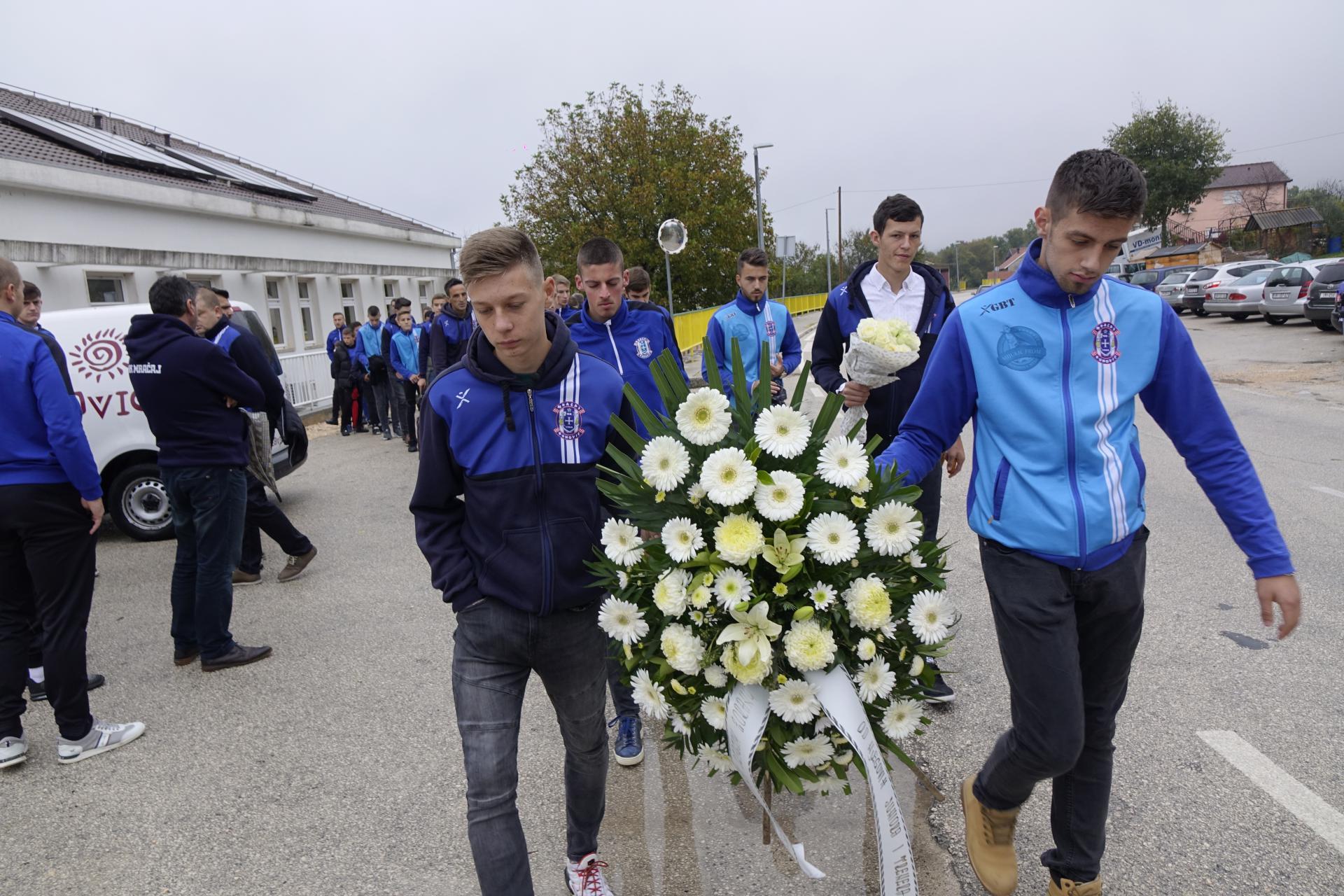 Nakon pogibije dvoje mladića u prometnoj nesreći, u Runovićima oplakuju svoje mlade sumještane