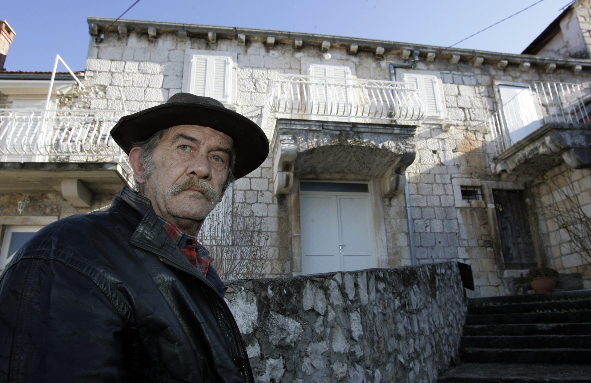 Jerko Janković snimljen odavno pred kućom u Nerežišćima