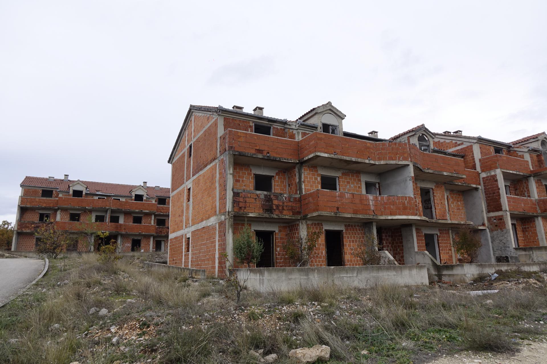 Nedovršene zgrade u naselju Bage