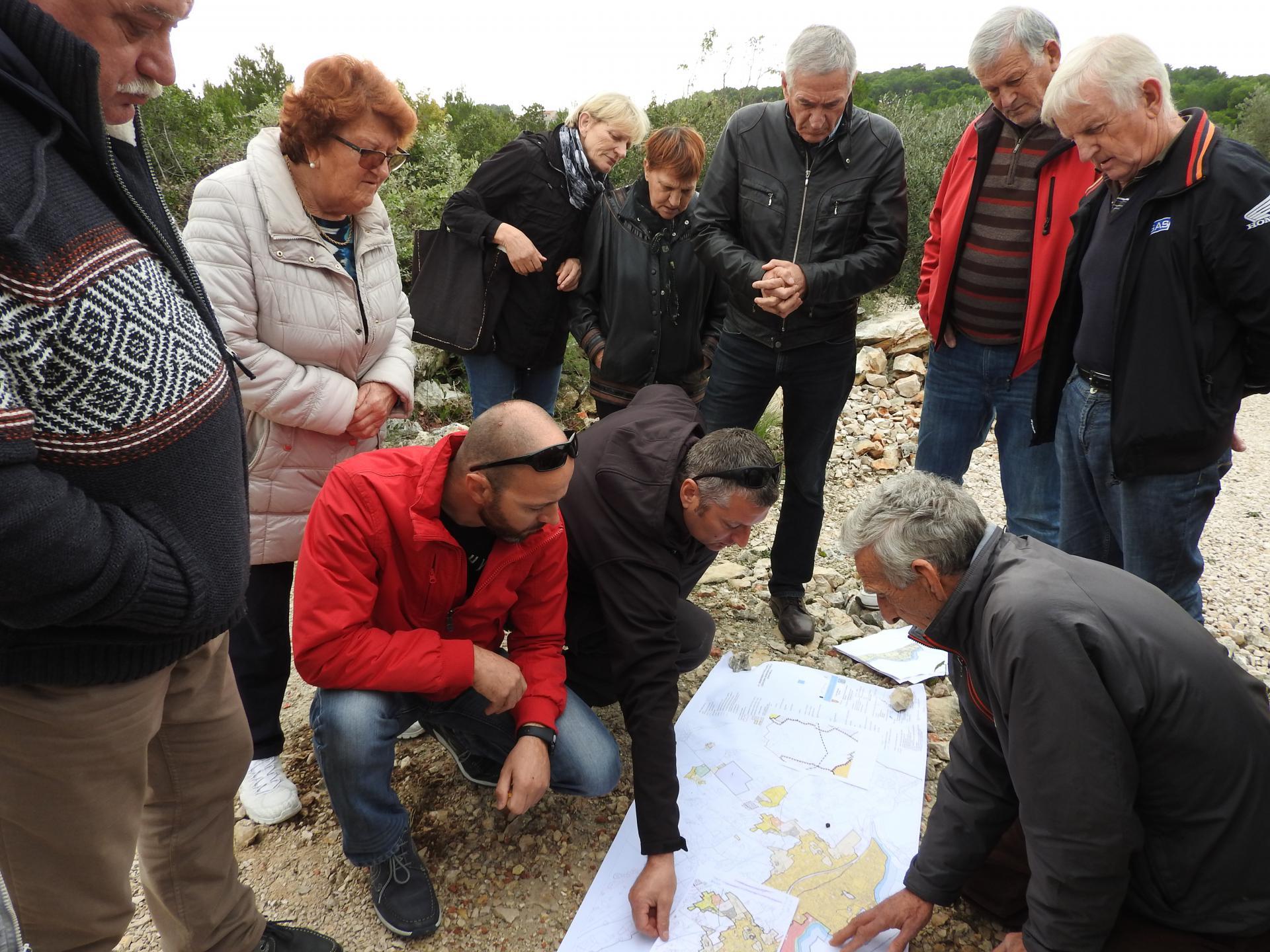 Pobunjeni mještani Pirovca nad katastarskom kartom područja