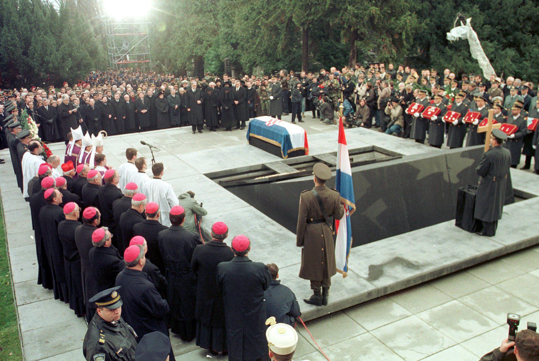 Na Tuđmanovu pogrebu bilo je više od sto tisuća građana i samo jedan strani predsjednik, Sulejman Demirel, te četiri premijera – Slovenije, Mađarske, BiH i Makedonije