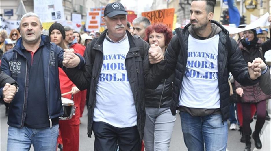 Vjeroučitelj Miletić na prosvjedu (krajnje desno)