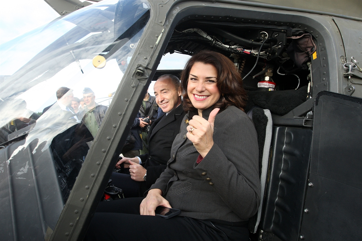 Američka veleposalnica  Julieta Valls Noyes i ministar obrane Damir Krstičević u kokpitu Kiowa Warriora