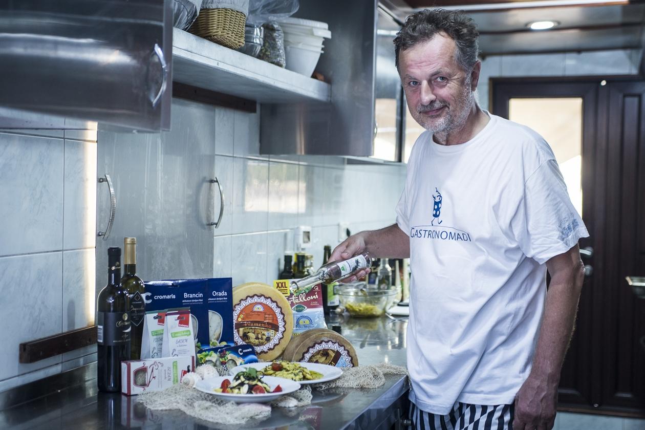 Rene Bakalović u kuhinji Broda kulture i gastronomije Amalia