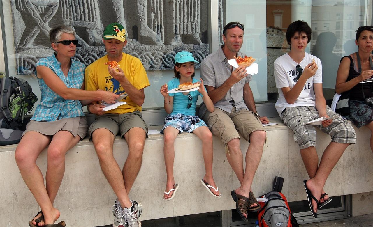 turisti_pizza-180711