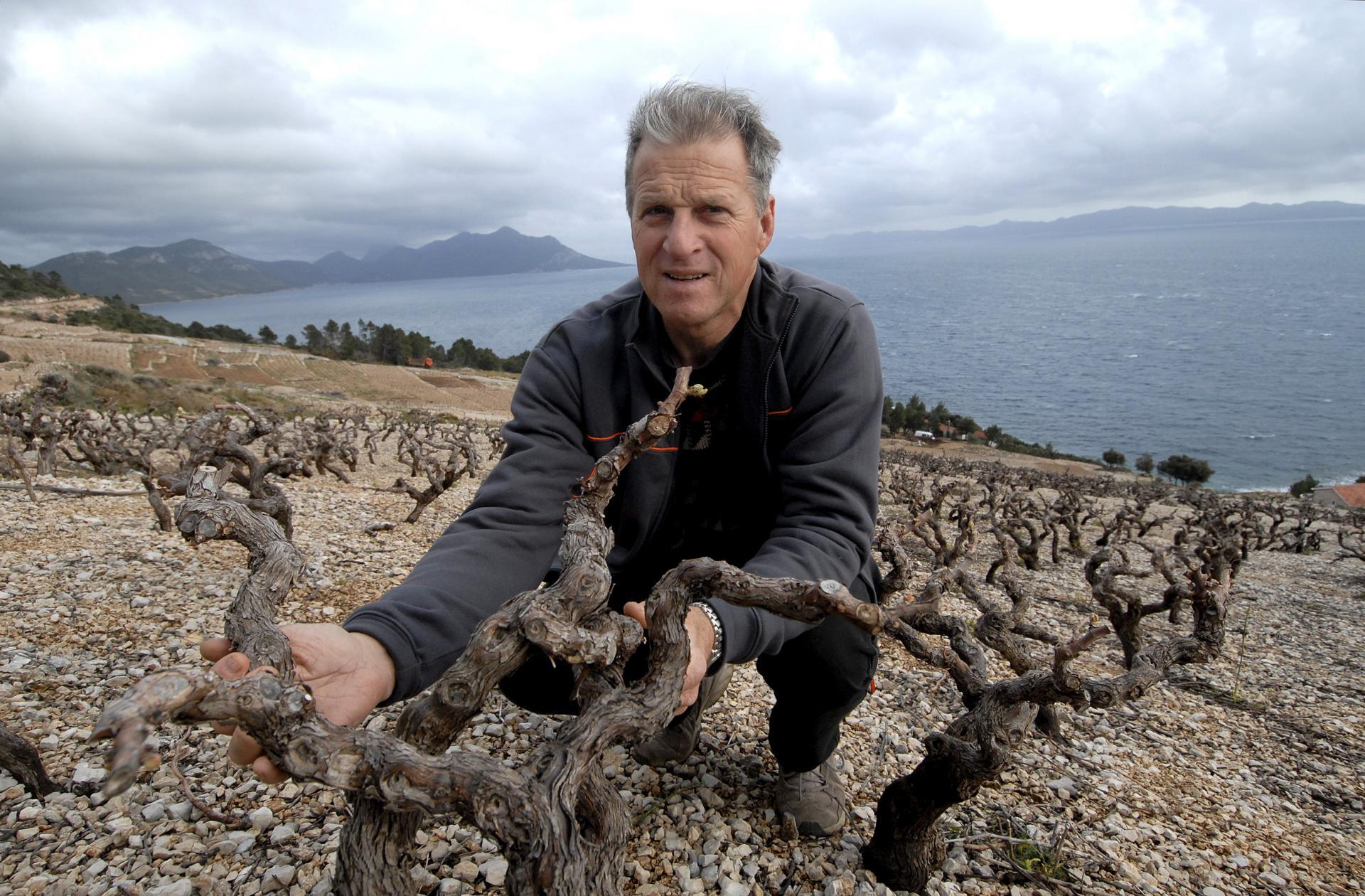 Ivo Skaramuča u svom vinogradu na predjelu Dingač na južnoj strani Pelješca