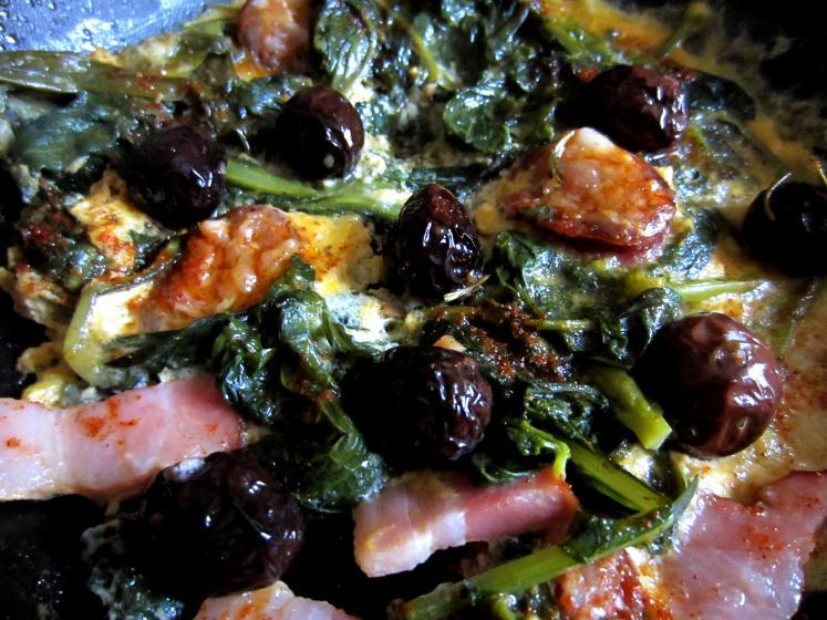 Omlet od raštike, maslina i ljute kobasice