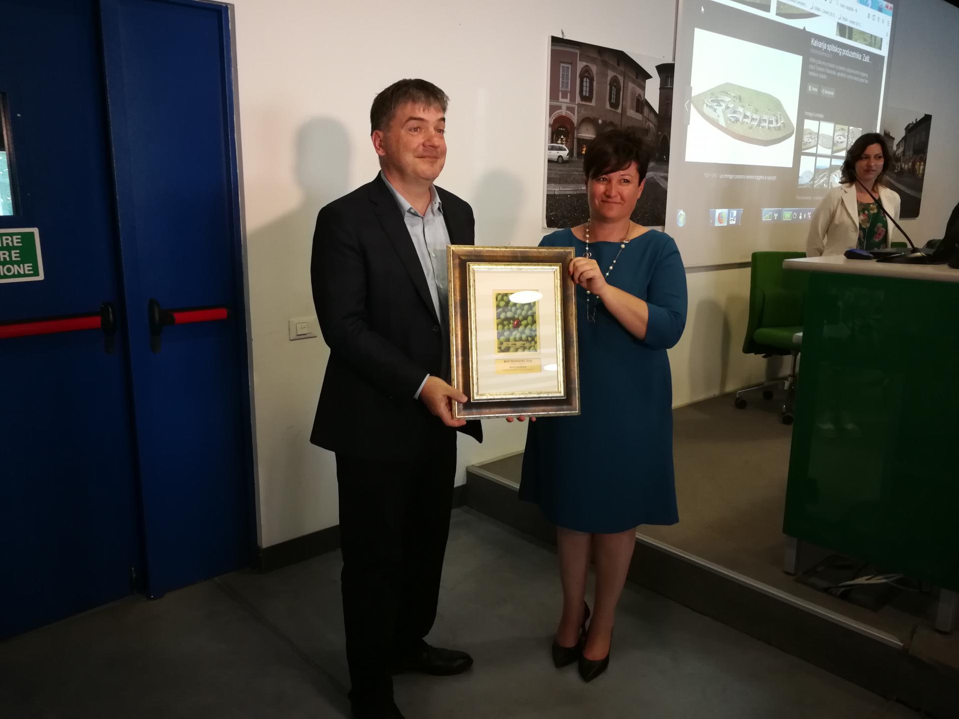 Goran Morović u Milanu prima nagradu za svoja ulja