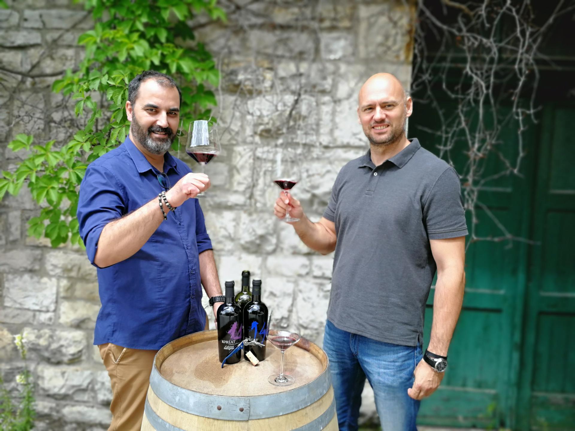 Božo Škara i Davor Mitrović pred Badelovom vinarijom u Benkovcu