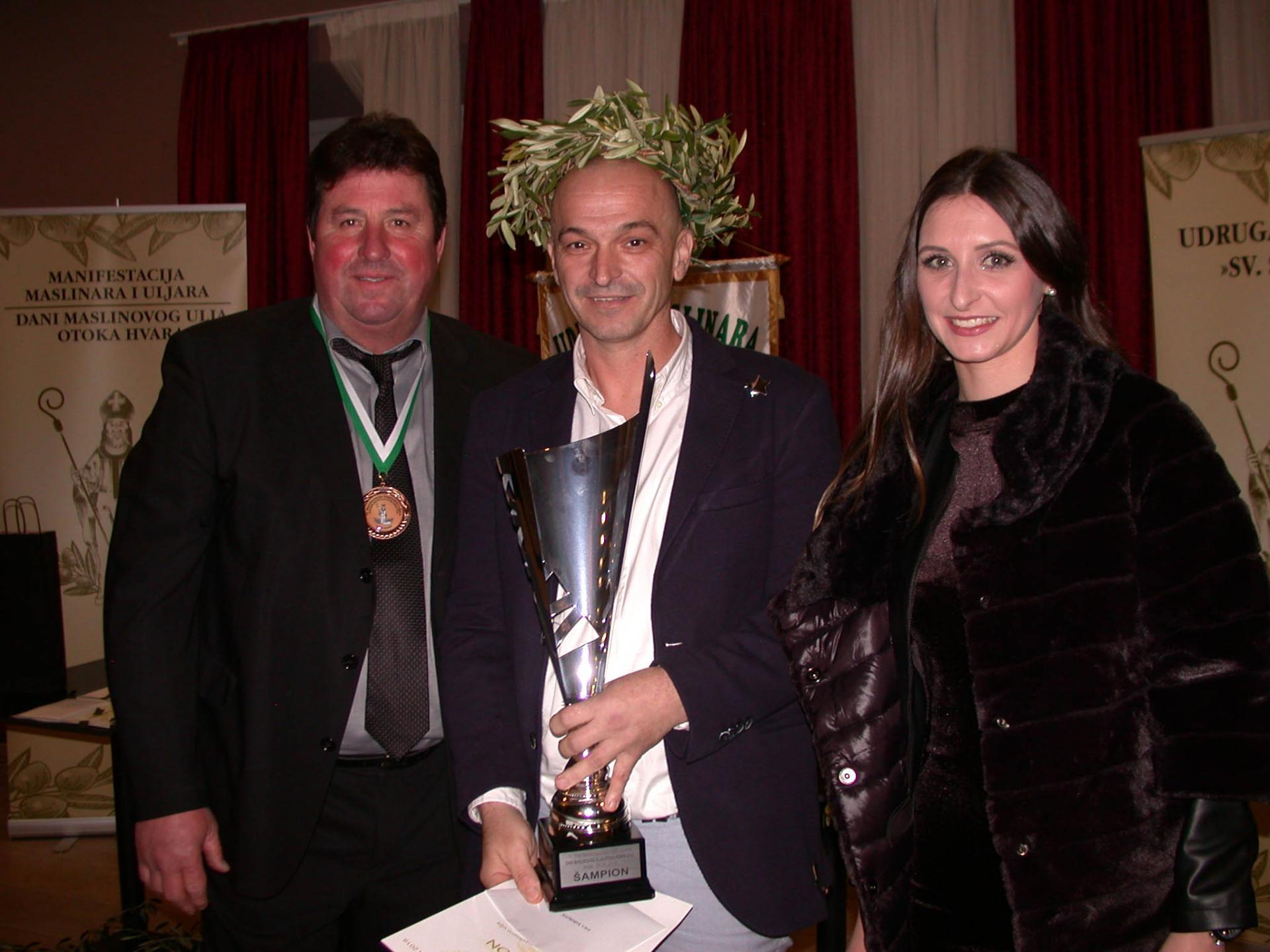 Ivo Radojković iz Bogomolja - šampion, s Đorđanom Gurdulićem i Evom Marijom Čurin