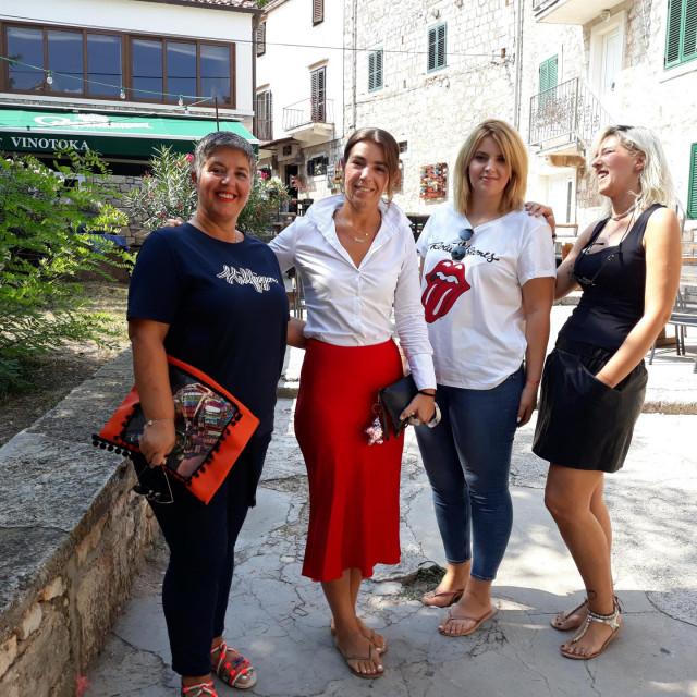 Majka Vesela Stančić s kćerima Marcelom, Vanom i Brankom
