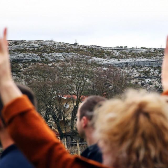 Glavice, 181219.<br /> Prosvjed stanovnika Glavica protiv eksploatacije kamena sa Poljakove grede.<br /> Građanska inicijativa 'Ne dajmo Gredu' okupila se s ciljem da zaustavi izgradnju kamenoloma.<br />