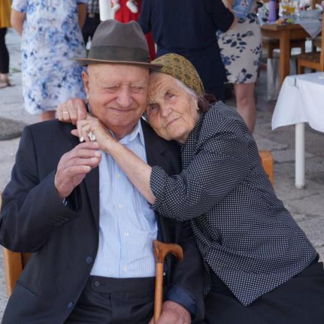 Toma Volarević letan (103) sa suprugom Pavicom prilikom proslave 100- rođendana