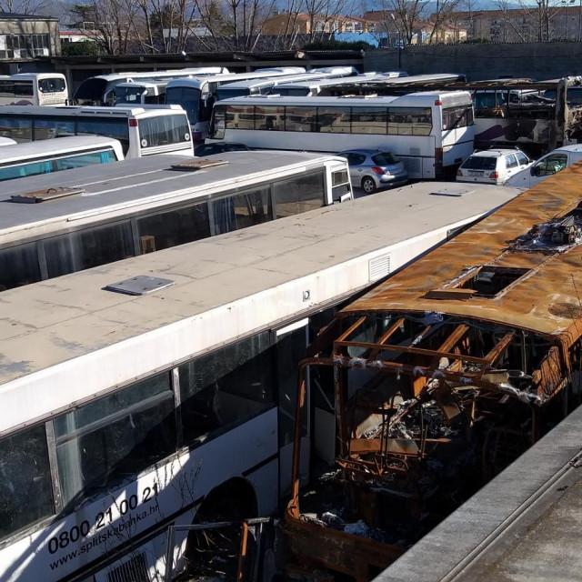Garaža je pretvorena u groblje dotrajalih, razbijenih i zapaljenih autobusa TONI PAŠTAR