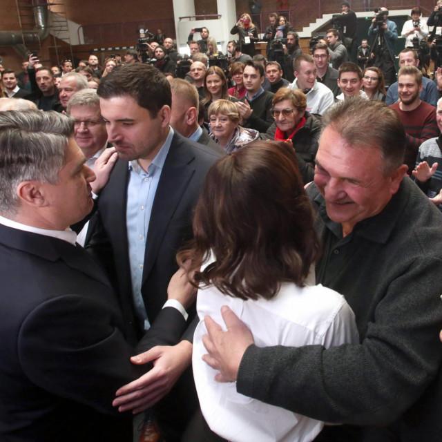 Zagreb, 291219.<br /> Bocarski dom<br /> Predsjednicki kandidat Zoran Milanovic odrzao je predizborni skup.<br /> Na fotografiji: Zoran Milanovic, Davor Bernardic, Radimir Cacic.<br />
