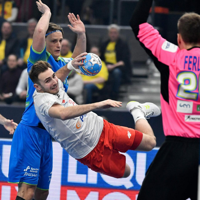 Poland's Arkadiusz Morytoi shoots during the Men´s Handball European Championship preliminary round group F match between Slovenia and Poland at Scandinavium Arena in Gothenburg, Sweden on January 10, 2020. (Photo by Bjorn LARSSON ROSVALL/various sources/AFP)/Sweden OUT