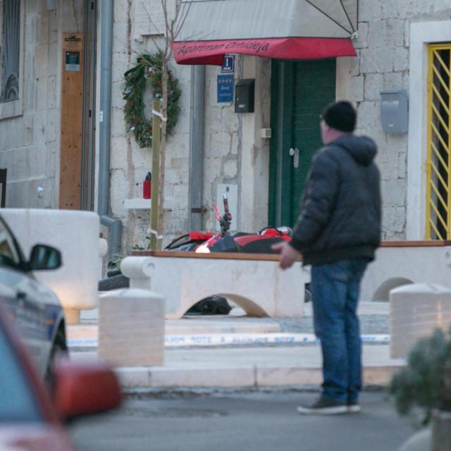 Split, 110120.<br /> Jedna osoba pronadjena je mrtva u Varosuu u Radmilovecovoj ulici, a na trgu na Sperunu pronadjena je druga ubijena osoba.<br />
