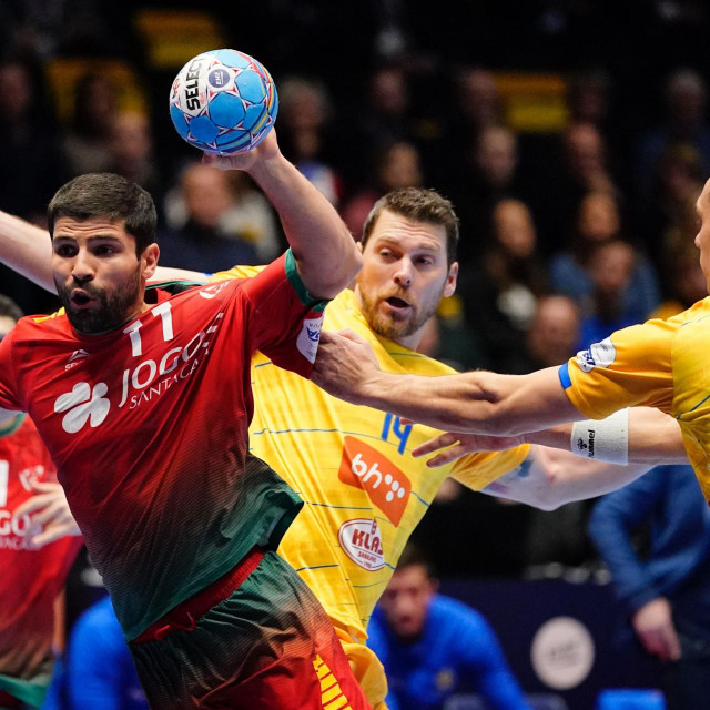 Portugal´s Belone Moreira (L) breaks through during the Men´s Handball European Championship preliminary round match Portugal v Bosnia and Herzegovina in Trondheim, Norway, on January 12, 2020. (Photo by Ole Martin Wold/various sources/AFP)/Norway OUT