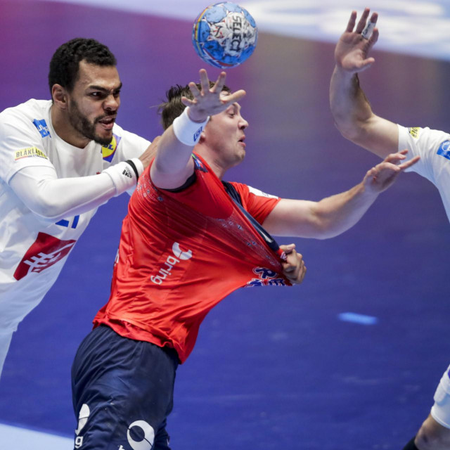 Norway´s Sander Sagosen (C) is is tackled by France's Michael Guigou (L) and Romain Lagarde during the Men´s Handball European Championship preliminary round match France v Norway in Trondheim, Norway, on January 12, 2020. (Photo by Vidar Ruud/various sources/AFP)/Norway OUT