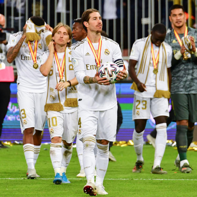 Real Madrid's Spanish defender Sergio Ramos (C) and teammates greet the fan after winning the Spanish Super Cup final between Real Madrid and Atletico Madrid on January 12, 2020, at the King Abdullah Sports City in the Saudi Arabian port city of Jeddah. (Photo by Giuseppe CACACE/AFP)