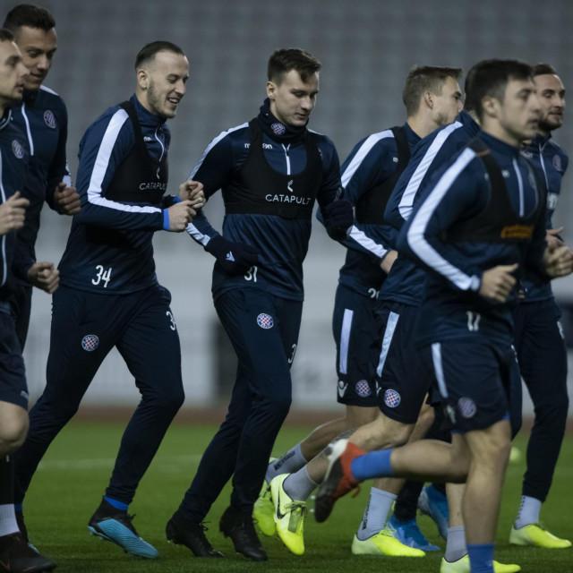 Split, 050120.<br /> Veceras je na splitskom Poljudu novi trener Hajduka Igor Tudor zapoceo s pripremama momcadi za predstojeci dio sezone te je nakon vjezbi u teretani trening nastavljen na travnjaku.<br /> Na fotografiji: momcad Hajudka na treningu.<br />